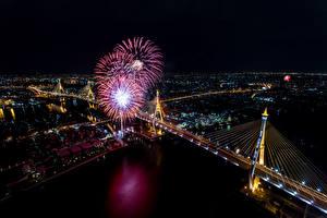 Картинка Таиланд Речка Мосты Салют Бангкок Мегаполис В ночи Уличные фонари Сверху Города