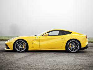 Фото Ferrari Желтый Сбоку F12 berlinetta Машины
