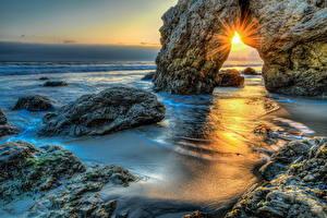 Картинки Море Рассвет и закат Малибу Скале Лучи света Природа