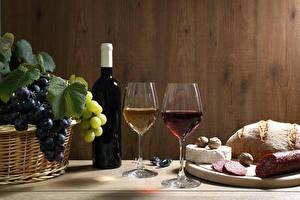 Картинка Вино Виноград Сыры Колбаса Хлеб Орехи Бутылки Бокал Двое Продукты питания