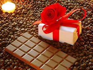 Фото Сладости Шоколад Кофе Роза Свечи Шоколадная плитка Подарков Зерна Бантик Пища