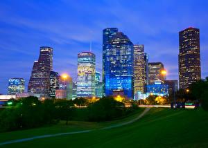 Обои Штаты Небоскребы Газон Ночь Уличные фонари Деревья Houston Texas Города
