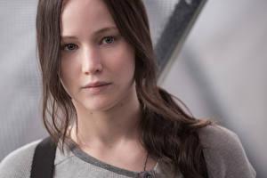 Обои Голодные игры Дженнифер Лоуренс Шатенка Лицо Взгляд Mockingjay Part2 Katniss Everdeen Фильмы Знаменитости Девушки