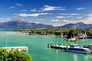 Обои Озеро Италия Дома Горы Причалы Пейзаж Корабли Небо Peschiera Garda Veneto Города Природа фото