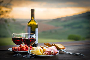 Картинка Вино Ветчина Сыры Хлеб Бутылка Бокал Продукты питания