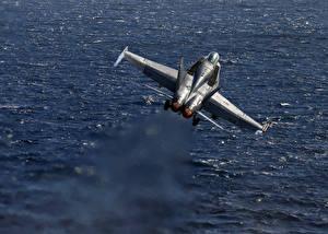 Картинки Истребители Самолеты Вода F-18 Super Hornet