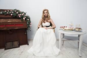 Картинка Невесты Сидит Платье Столы девушка
