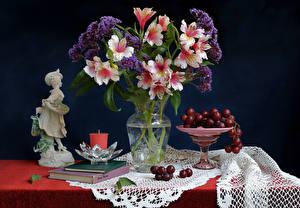 Картинка Натюрморт Альстрёмерия Виноград Скульптуры Свечи Ваза Книга Цветы