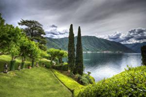Картинка Италия Пейзаж Озеро Горы Деревья Трава Lenno Природа