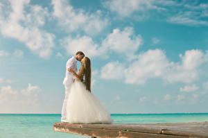 Картинки Море Небо Любовники Невесты Жених Платье Свадьба Облака молодая женщина
