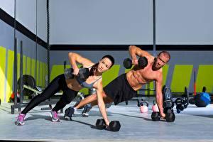 Картинки Фитнес Мужчины Вдвоем Гантели Униформа Тренируется девушка