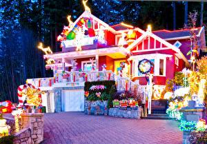 Фотографии Праздники Рождество Дома Электрическая гирлянда Подарок город