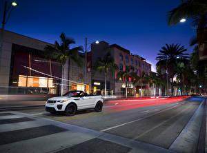 Обои Land Rover Дома Дороги Белый Кабриолета Улица Ночью Пальмы 2015 Range Rover Evoque convertible Автомобили Города