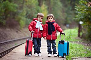 Фотография Железные дороги Мальчишка 2 Куртке Чемоданы Дети