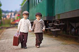 Фото Поезда Мальчишки Два Чемоданы Куртке ребёнок