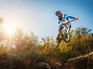 Фотография Небо Велосипеде Униформе Прыжок В шлеме спортивная