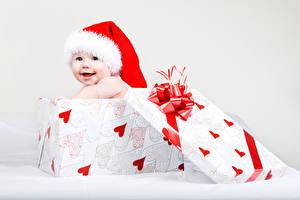 Фотография Праздники Новый год Младенца Коробке В шапке Серце Ребёнок