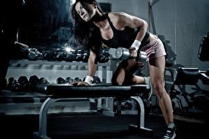 Фото Фитнес Гантелями Майка Брюнетка Тренируется dumbbell спортивные Девушки