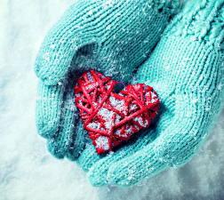 Фотография Зима Крупным планом Серце Рука Снегу Перчатки