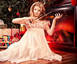 Фотография Рождество Скрипки Девочка Платье Камин Дети