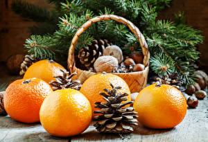Фото Новый год Цитрусовые Орехи Мандарины Корзинка Шишки Пища