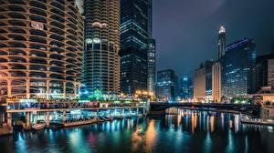 Обои США Здания Небоскребы Речка Мосты Причалы Чикаго город Ночь Уличные фонари Города