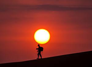 Обои Пустыни Рассветы и закаты Мужчины Силуэт Солнце Природа
