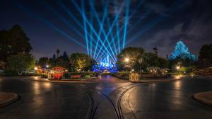 Обои для рабочего стола США Парки Диснейленд Дороги HDRI Калифорния Анахайм Дизайна Ночь Уличные фонари Природа