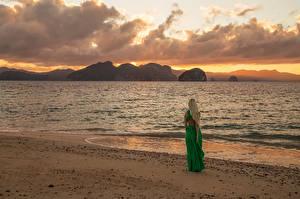 Картинки Рассветы и закаты Побережье Море Платье Inese Stoner Природа Девушки