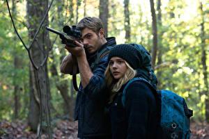 Обои Chloe Grace Moretz Мужчины Снайперская винтовка The 5th Wave 2016 Alex Roe Chloë Кино Знаменитости Девушки