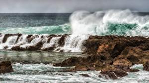Картинка Море Волны Скала С брызгами Природа