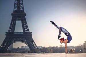Обои Франция Гимнастика Париж Эйфелева башня Quincy Azzario Города Девушки фото