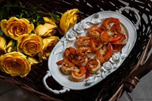 Обои Морепродукты Креветки Розы Цветы