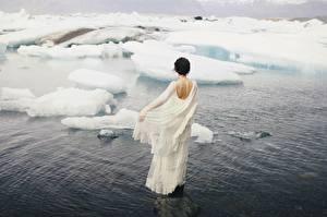 Картинки Зима Платья Белый Льда девушка