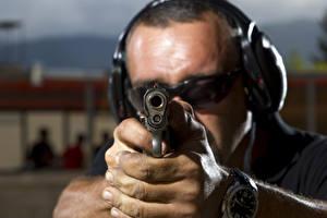 Обои Пистолеты Мужчины Вблизи Рука Ствол (оружейный) hearing protection safety goggles technical военные