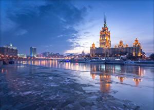 Картинка Россия Москва Дома Речка Небо Речные суда Ночь Hotel Radisson Города