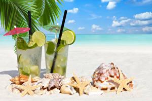 Обои Коктейль Напитки Море Ракушки Морские звезды Небо Лайм Мохито Пляже Песок Пальма Стакане Пища