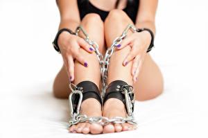 Фотографии Крупным планом Ноги Руки Цепь Девушки