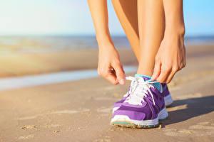 Картинка Крупным планом Кроссовки Ноги Руки sports shoes sportswear outdoor activity workout Спорт Девушки