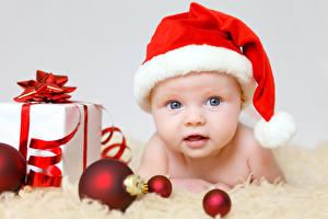 Фотографии Праздники Рождество Грудной ребёнок Шапки Подарки Шар Дети
