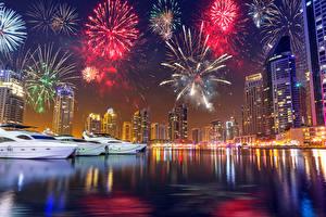 Обои Дубай ОАЭ Небоскребы Новый год Пирсы Фейерверк Ночь Города