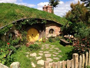 Картинки Новая Зеландия Парки Здания Кусты Скамья Matamata Hobbiton Park Природа