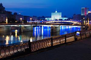 Картинка Россия Москва Речка Мосты Ночь Уличные фонари Забор Города