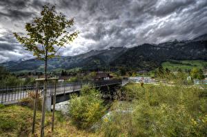 Фото Дома Мосты Горы Швейцария Облачно Дерева Frutigen город Природа