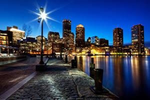 Обои США Небоскребы Бостон Набережная Ночь Уличные фонари Тротуар Massachusetts Города