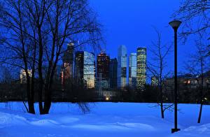Фотографии Россия Москва Зима Здания Деревья Ночь Снег Уличные фонари Города