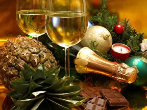 Обои Праздники Шампанское Ананасы Шоколад Новый год Бокалы Шарики Еда фото