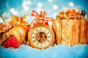 Картинка Карманные часы Праздники Рождество Шарики Подарки Золотой Снежинки