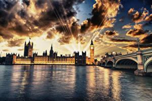 Картинки Великобритания Дома Реки Мосты Лондон Уличные фонари Ночь Облачно Лучи света