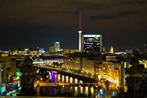 Картинка Германия Берлин Здания Речка Мосты Ночью Уличные фонари Города